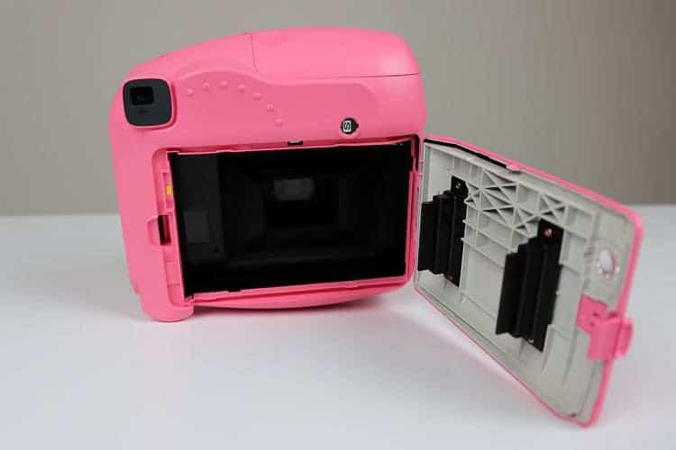 fotoapaarát Fujifilm Instax Mini otevíraní